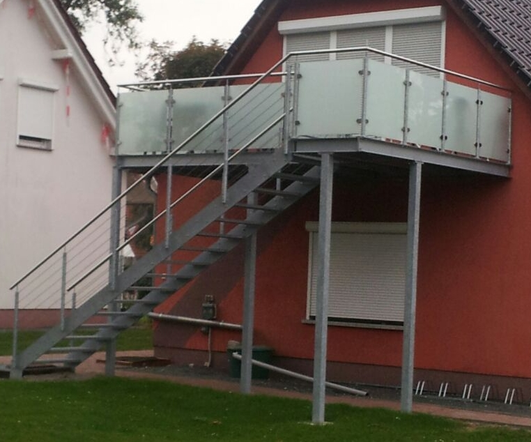 treppen-aufgang zu einer aussen-terrasse
